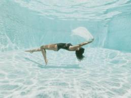 Séance photo aquatique en piscine privée, piscine extérieure