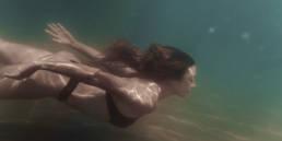 photo femme qui nage sous l'eau dans la mer Méditerranée
