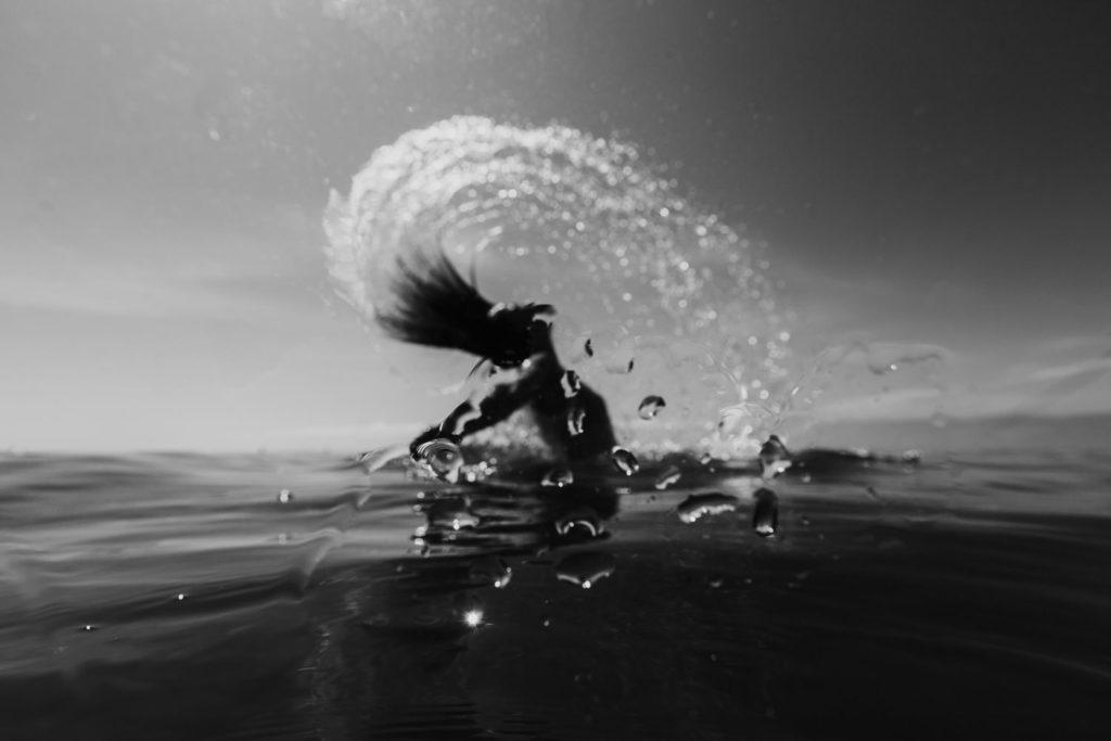 photo dans l'eau femme cheveux en arrière