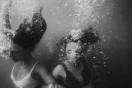 photo femme sous l'eau dans la mer