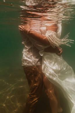 photo mariés dans l'eau à la mer frontignan 34