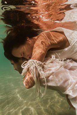 photo couple mariés dans l'eau à la mer Méditerranée
