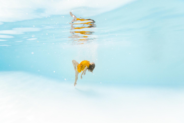 portrait femme subaquatique en piscine extérieure