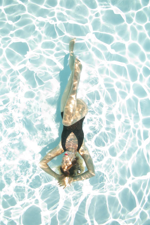 photographe underwater Montpellier, en piscine extérieure