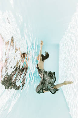 photo femme dans l'eau en piscine Provence