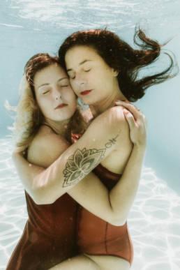 photo femmes sous l'eau underwater
