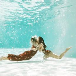 photo duo en piscine extérieure montpellier