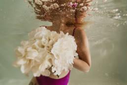 photo sous l'eau femme et bouquet de fleur