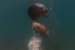 femme sous l'eau dans la mer frontignan