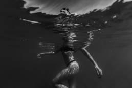 photo femme dans le mer, portrait en noir et blanc