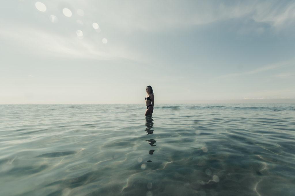photo femme à la mer Méditerranée