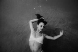 portrait-femme-sous-l'eau en noir et blanc