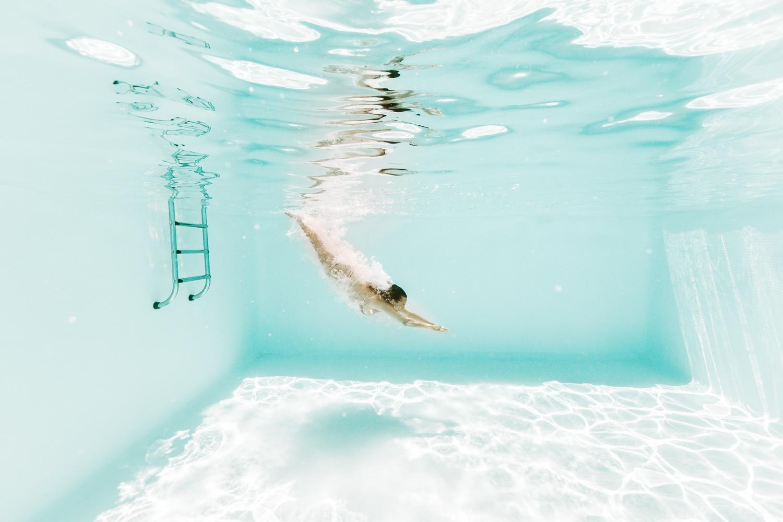Séance photo dans l'eau, photographe aquatique en piscine extérieure
